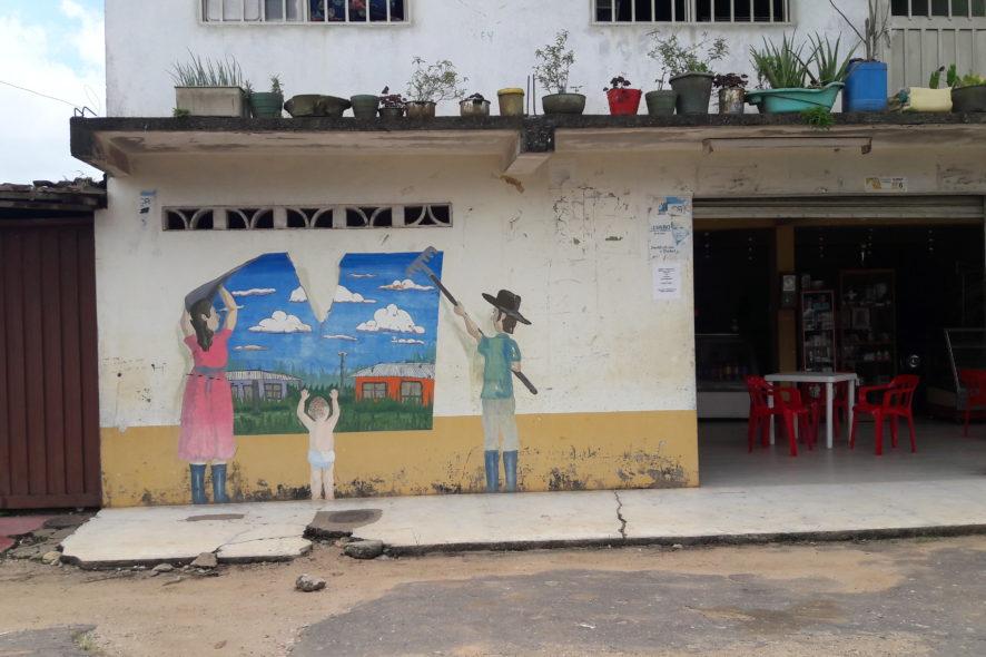 """Mural en la Unión Peneya, pueblo desplazado en el 2004 y lugar donde fue capturada Nelly Luna en agosto del 2017, injusta y arbitrariamente acusada de """"secuestro extorsivo"""" de 14 policías."""