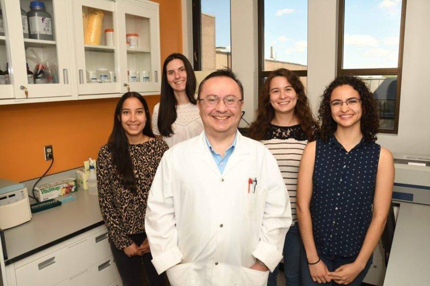 El doctor Levon Abrahamyan Abrahamian con uno de sus equipos plurinacionales y compuesto por investigadoras en la Universidad de Montreal.